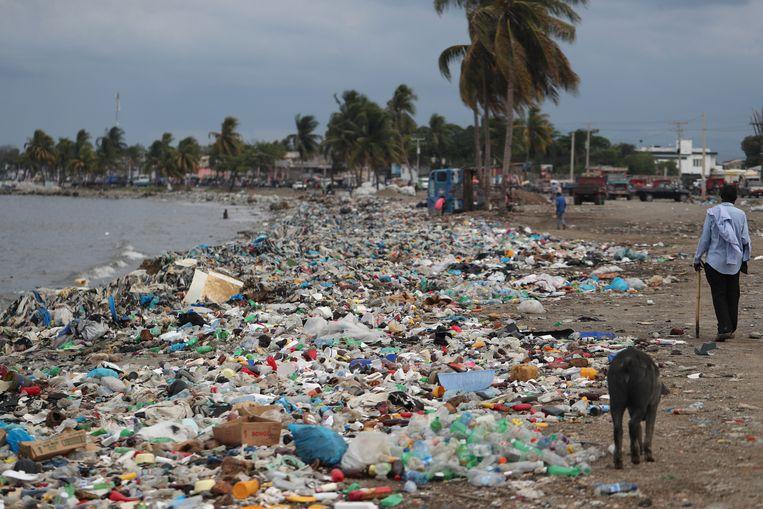 Plastic en ander afval aan de kust in Haïti.