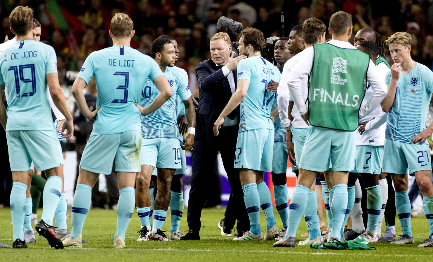 Memphis Depay, bondscoach Ronald Koeman en Daley Blind na de finale van de Nations League.