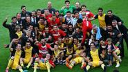 Visca Atlético! Courtois viert titel onder staande ovatie van Barça-fans met kus vriendin