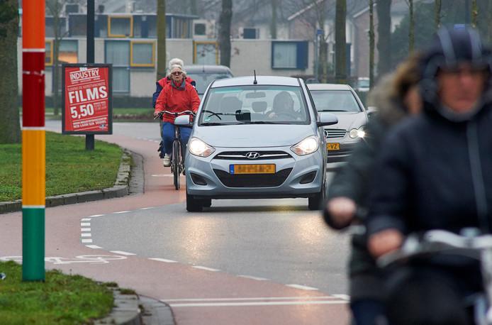 Fietsers voelen zich niet veilig op de smalle Kornetstraat (foto) en Land van Ravensteinstraat in Uden. Na de zomervakantie gaat de drukke toegangsweg naar het centrum van Uden opnieuw op de schop.