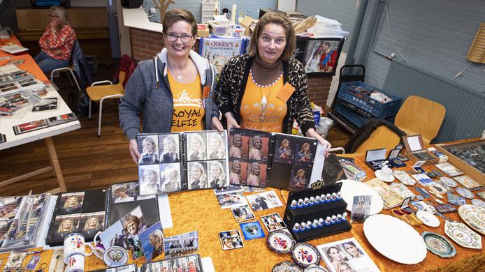 Jolanda Oosterveen (links) en Linda Oosterveen met hun talloze waren op de Royal Verzamelbeurs in Nijverdal.