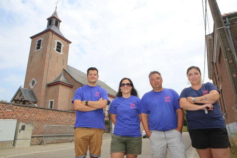Bruno Buteneers (l.) met enkele andere leden van organisatie Relax & Run voor de kerk die verboden terrein blijkt.