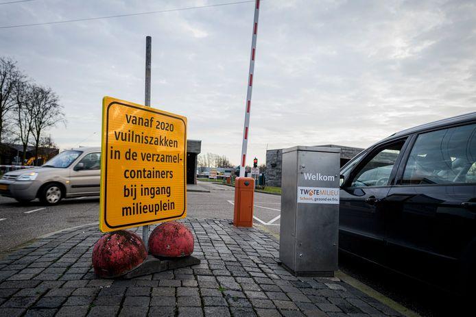 Een bord bij de weegbrug waarschuwt Hengeloërs ervoor dat ze niet zo maar hun zakken bij het Milieupark kunnen achterlaten.