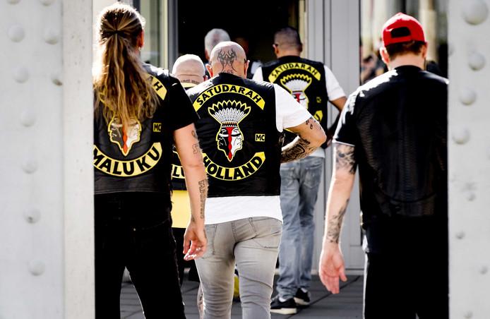 Leden van de Satudarah Motorcycle Club bij het Justitieel Complex Schiphol. Foto: ANP KOEN VAN WEEL