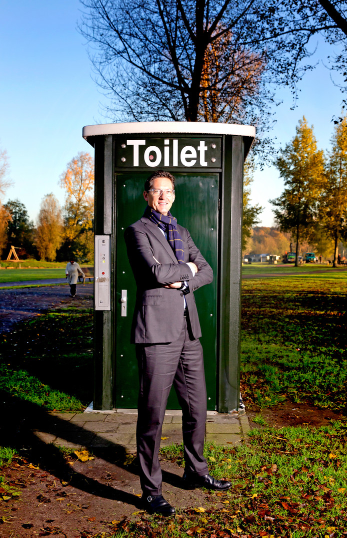 Wethouder Joost Eerdmans van Leefbaar Rotterdam bij een zelfreinigend toilet in het Kralingse Bos.