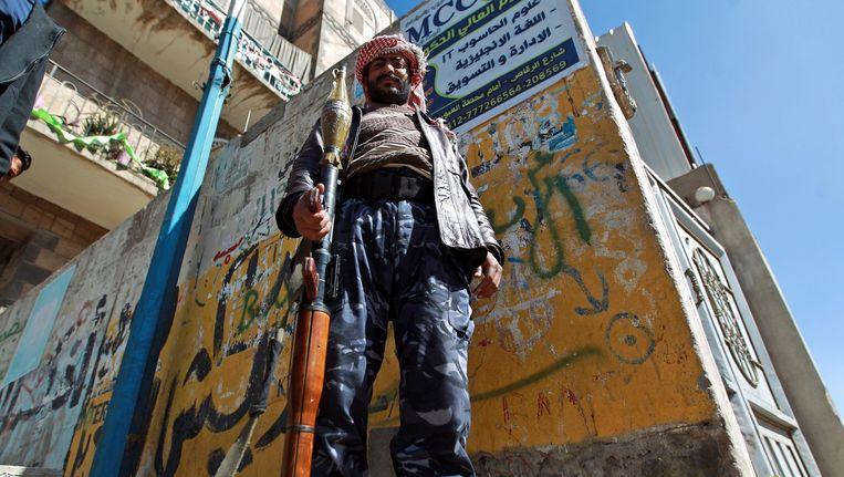 Een Houthi-rebel met een granaatwerper in de straat die naar het presidentiële paleis in Sanaa leidt. Beeld epa