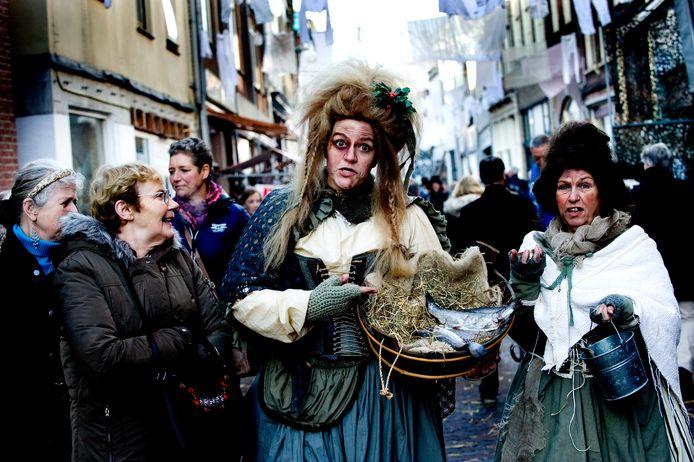 Viswijven tijdens Dickens festival in de Weerstraat in 2017.