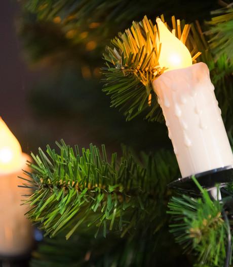Kolossale kerstboom verlicht fileleed op N35