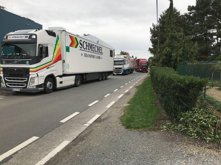 De verkeerssituatie tot voor kort in de Eigenlostraat, met vaak een rij wachtende vrachtwagens voor het farmaceutische distributiecentrum.
