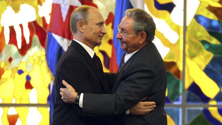 Vladimir Poetin (links) tijdens zijn ontmoeting met de Cubaanse president Raul Castro. Beeld reuters