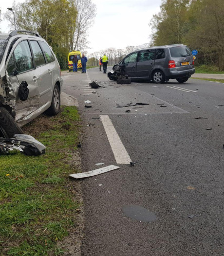Gewonde en veel schade bij botsing twee auto's bij Aalten