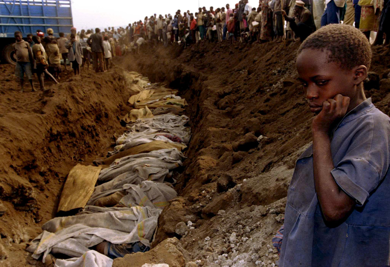 Een Rwandese vluchtelinge kijkt naar een massagraf dat in 1994 buiten de stad Kigali is gevonden. Een in Nederland wonende Rwandees zou bij de massamoorden betrokken zijn geweest