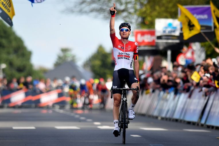 Tim Wellens wint de Brabantse Pijl en wijst naar de hemel. Beeld Belga