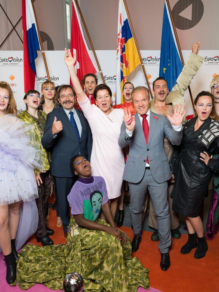 De Delegatie uit Maastricht, met in het wit burgemeester Annemarie Penn-te Strake en  in het blauwe pak gouverneur Theo Bovens, biedt hun bidbook aan aan de NPO om hun stad voor te dragen voor het Eurovisie songfestival.  Beeld Ivo van der Bent