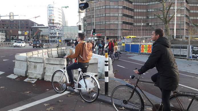 Langs de Catharijnesingel is een hele driehoek afgebakend met beton, om te voorkomen dat de voor het stoplicht wachtende fietsers uitwaaieren op de autoweg.