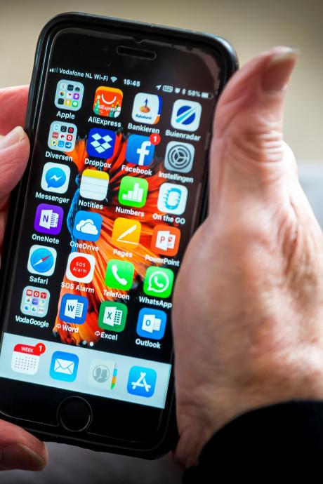 Waarom blijven we de hele dag onze mobiel oppakken voor nieuws?