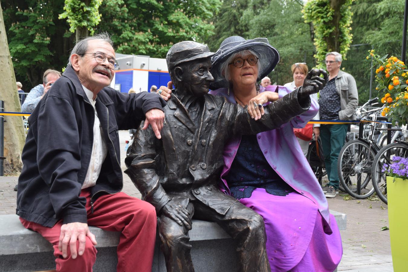 Kunstenares Jeanne van Midde en haar man Peter omarmen D'n Ballefrutter.