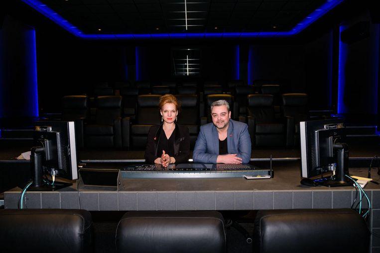 Janna Fassaert en Filip Van Vlem in de cinemazaal waar men aan color grading doet.