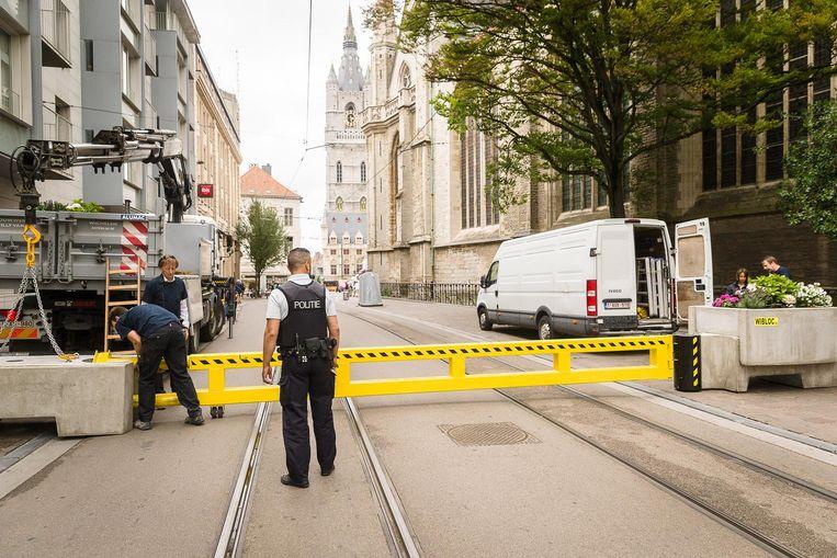 Gisteren werden de eerste Wiblocs en stalen poorten geplaatst.