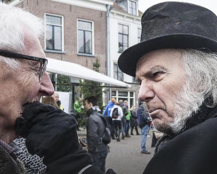 Een bezoeker maakt kennis met Scrooge.