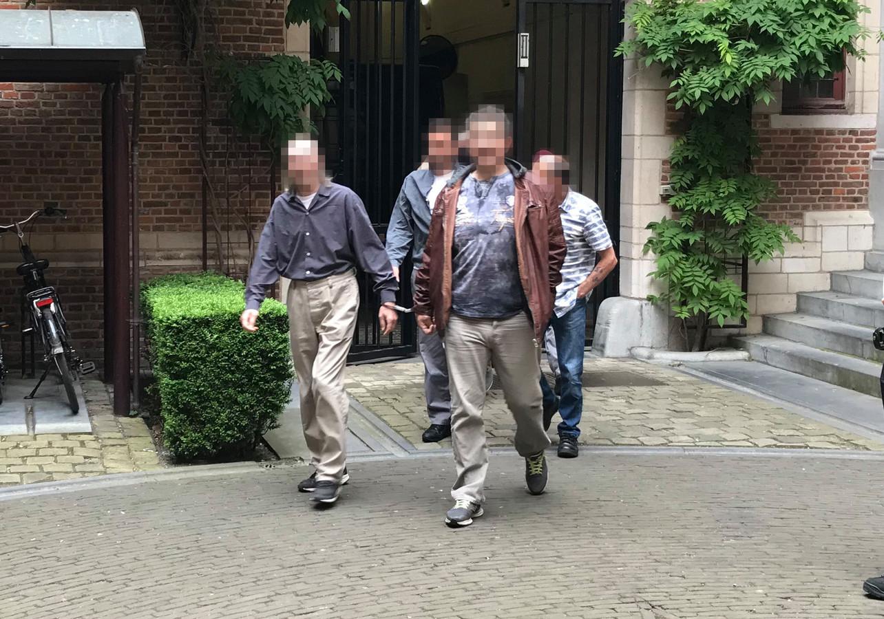 Een van de verdachten van de mislukte liquidatie op een kippenboer in Rijkevorsel verlaat de rechtbank in Antwerpen na een eerdere zitting