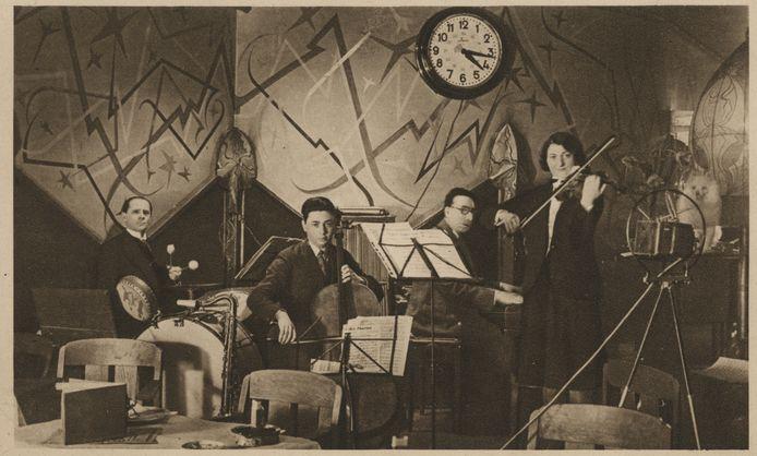 Het orkest van Sara Lessing - artiestennaam Ilona Palmay - in actie.