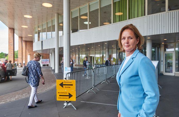 Caroline Heijckmann bij de ingang van Bernhoven. De extra controle voor bezoekers en patiënten blijft voorlopig nog wel even.