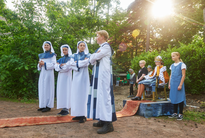Repetitie van het theaterstuk 'Robin en de Hoodies' door Hoessenboschjeugd in openluchttheater Hoessenbosch te Berghem.