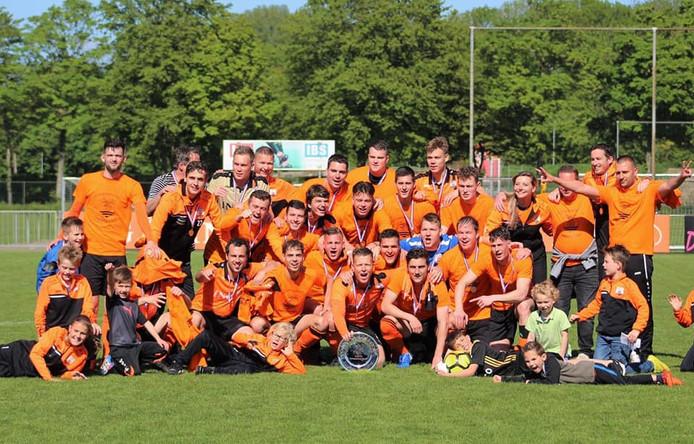 De spelers en technische staf van Terneuzense Boys met de kampioensschaal, die zaterdagavond ineens verdwenen was.