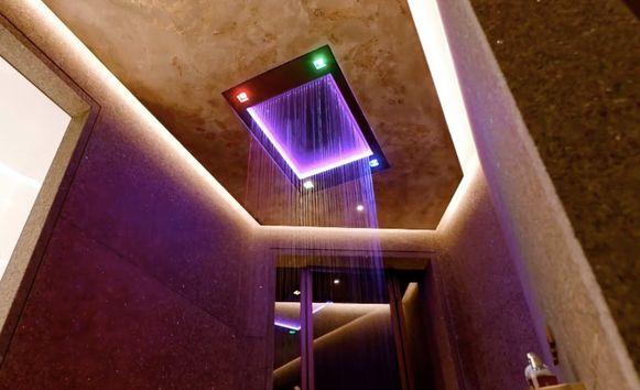De high-tech douche in het welnessgedeelte.