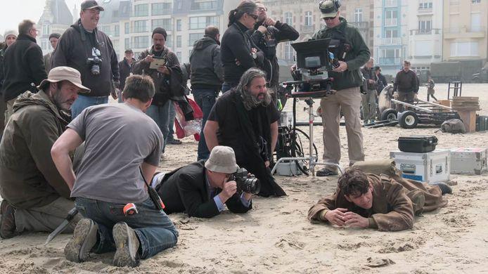 Hoyte Hoytema (midden, zittend op knieën) en Christopher Nolan aan het werk op de set van Dunkirk. Foto: Melinda Sue Gordon