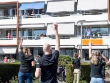 Ouderen van De Blenke in Hellendoorn in beweging: 'Hoofd, schouders, knie en teen'