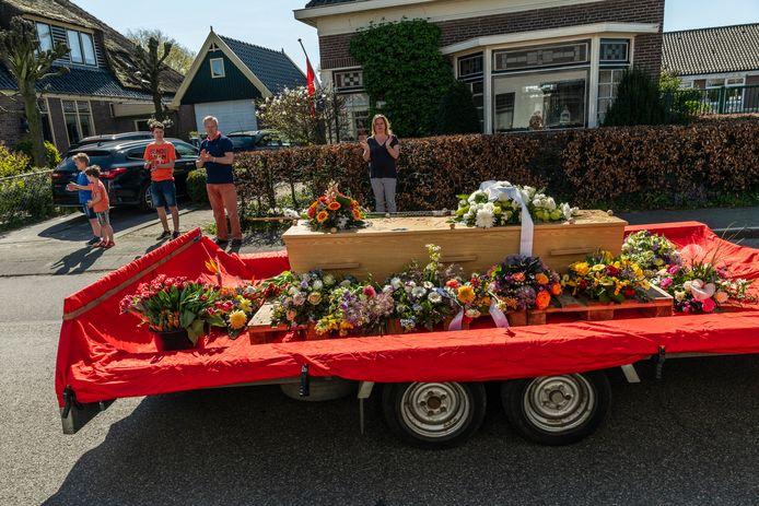 Dorpelingen klappen bij een speciale begrafenis voor fotograaf Henk de Weerd (67) die stierf aan corona.