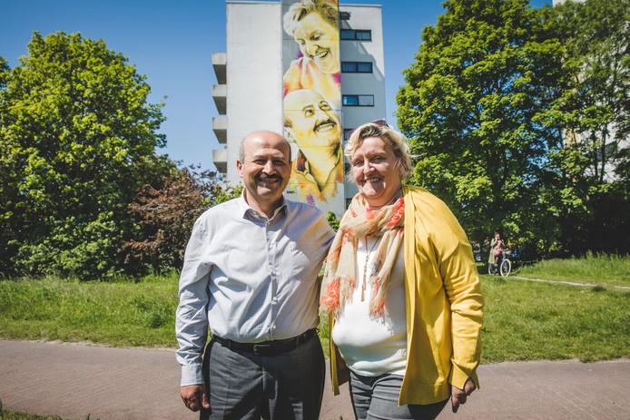 Mehmet en Doris bij hun portret op LDC De Boei