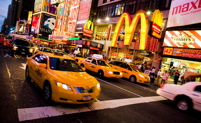 Een taxi rijdt op Time Square, New York.