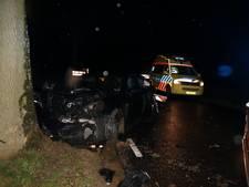 Automobilist rijdt tegen boom na botsing met wegversmalling