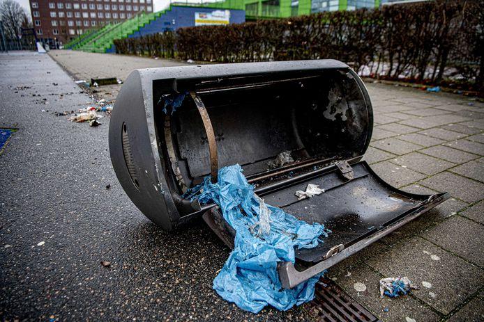 De vuurwerkschade in de aanloop naar de jaarwisseling was vorig jaar in Oldenzaal beduidend groter dan het jaar daarvoor. Vooral afvalbakken en brievenbussen moesten het ontgelden.