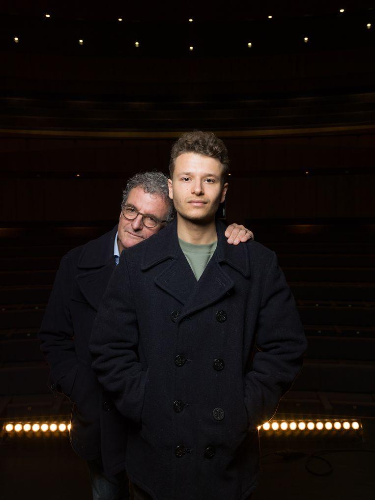 Edwin en Sam de Vries eren verzetsman Rob de Vries - vader en opa - in de voorstelling Westerbork Serenade. Beeld Ivo van der Bent