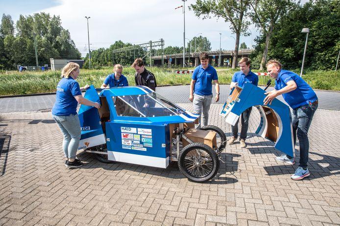De nieuwe race auto van Blue Racing team Windesheim voor de Shell Eco Marathon weegt onder de honderd kilo.