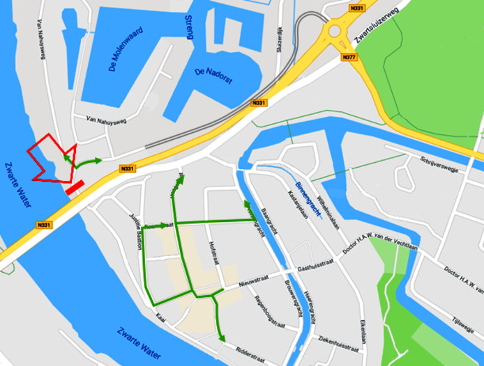 Variant 4, met nauwelijks veranderingen ten opzichte van de huidige situatie en verkeer naar het centrum via de rotonde Vaartweg en afsluiting van de Van Nahuysweg (grote rode pijl).