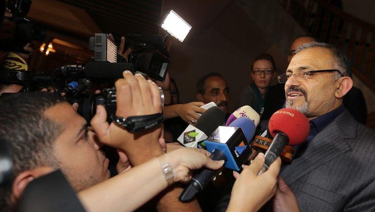 Ameur Larayedh van de islamistische Ennahda-partij wordt maandag in Tunis na overleg bestookt door verslaggevers. Beeld null