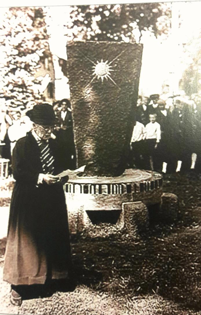 Lies van Gogh, de jongste zus van de kunstenaar, houdt haar toespraak bij de onthulling van het monument van Hildo Krop in Nuenen op 30 juli, 1932.