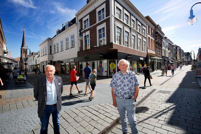 Frans Mulder (links) en Piet IJssels op de hoek van de Hoogstraat en de Arkelstraat.
