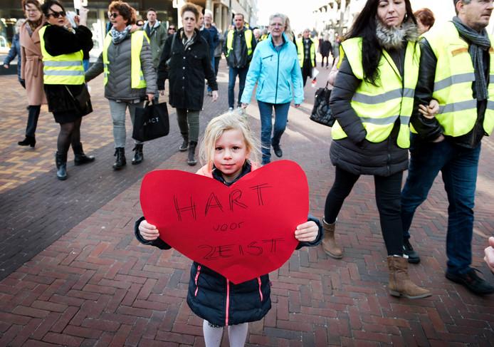 Jong en oud loopt mee in de protestmars tegen de nieuwe verkeersplannen in Zeist.