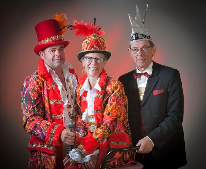Prins Jo d'n Urste en prinses Helga met adjudant Henk Bax van carnavalsvereniging De Ossedrijvers in Sterksel (v.l.n.r.).