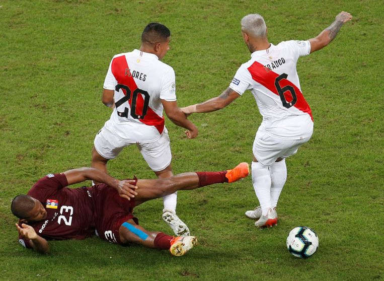 Soccer Football - Copa America Brazil 2019 - Group A - Venezuela v Peru  - Arena Do Gremio, Porto Alegre, Brazil - June 15, 2019   Venezuela's Salomon Rondon in action with Peru's Edison Flores and Miguel Trauco     REUTERS/Diego Vara