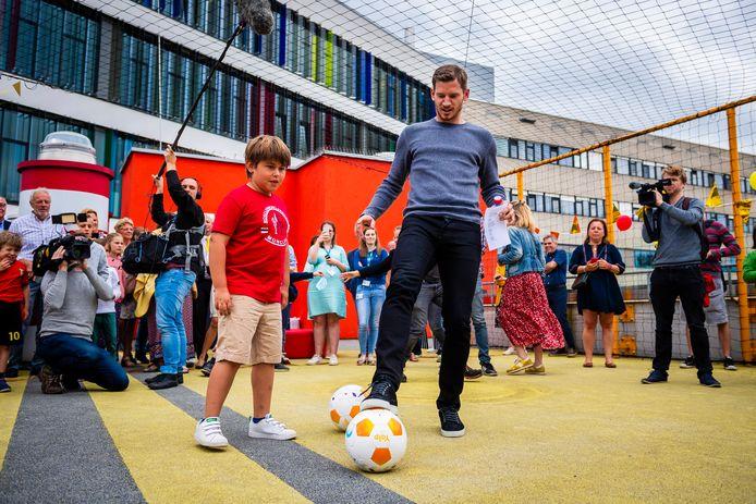 Jan Vertonghen vorig jaar tijdens een bezoek aan het UZ Antwerpen in het kader van zijn Foundation.