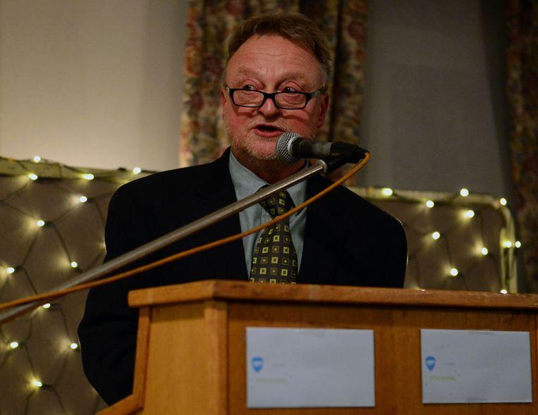 Erevoorzitter Danny Justens geeft de fakkel door aan nieuwe voorzitter Kevin Vanderauwera bij Horeca Leuven.