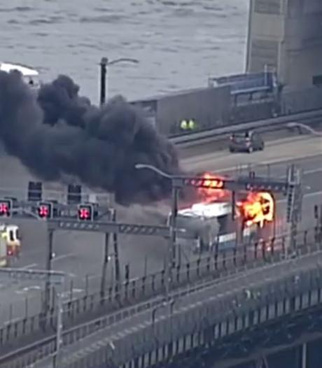 Zuinige Australiër checkt uit in brandende bus