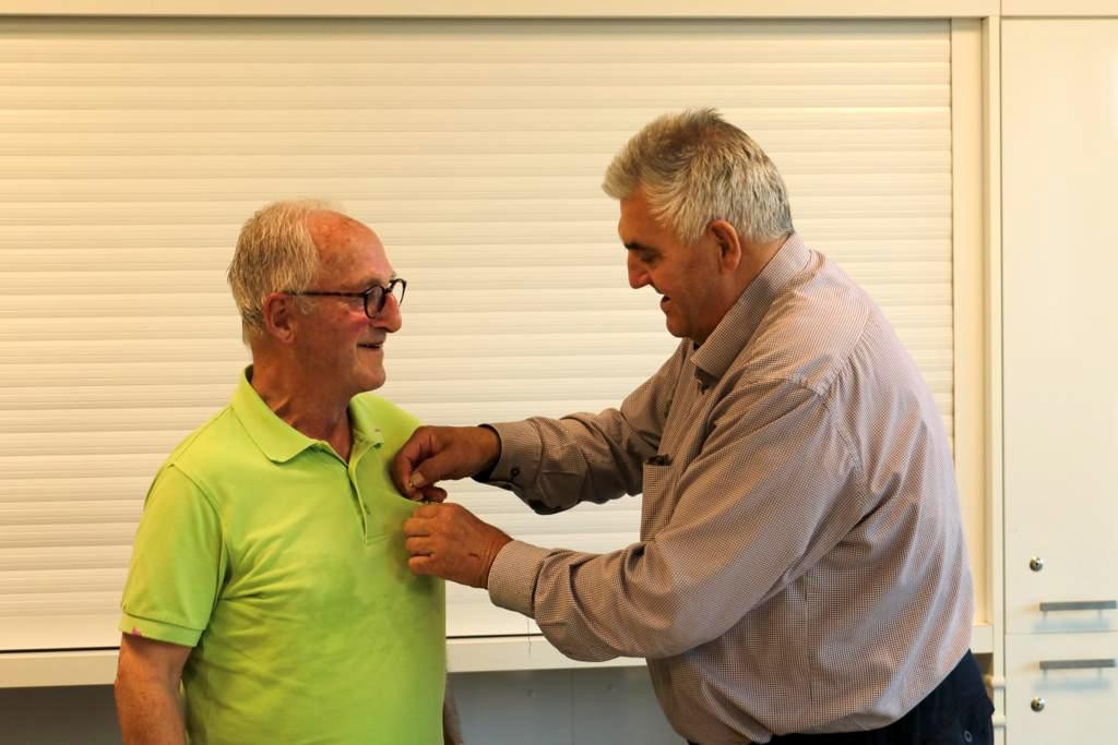 Harry Jacobs ontvangt de onderscheiding van KNVB-official Ben van der Horst.